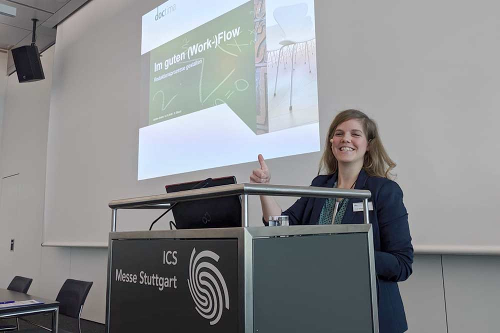 Romy Stauch bei ihrem Vortrag auf der tekom-Jahrestagung 2019, Redaktionsprozesse und Workflows